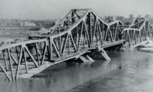 Zniszczenia mostu podczas II wojny światowej